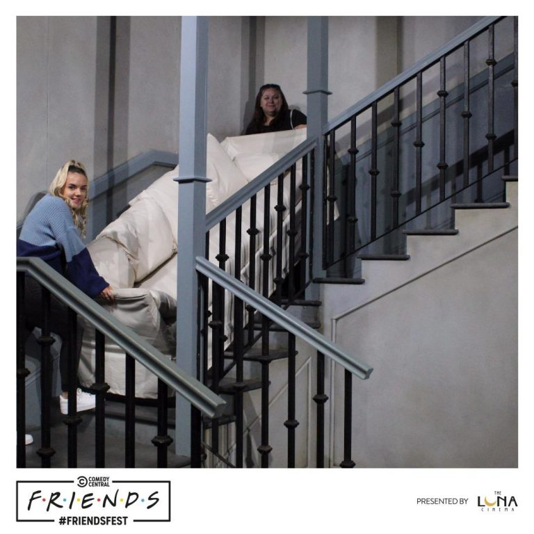 Mother and daughter at Friendsfest holding the sofa on the stairs